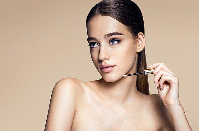 Οι τρόποι να δημιουργήσεις μια λαμπερή βάση για το μακιγιάζ σου