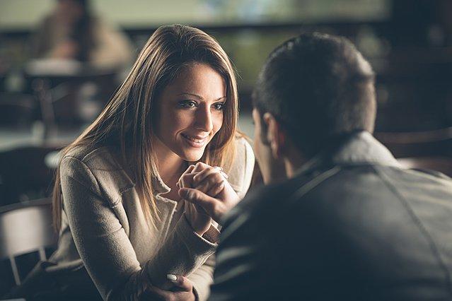 Κεραυνοβόλος έρωτας: 3 σημάδια που φανερώνουν ότι την έχεις  πατήσει