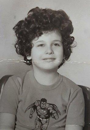 Quiz: Αναγνωρίζεις ποιος γνωστός Έλληνας δημοσιογράφος και πολιτικός είναι το παιδάκι της φωτογραφίας;