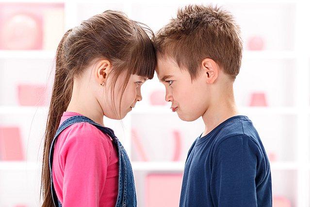 5 τρόποι για να σταματήσεις ειρηνικά τους τσακωμούς των παιδιών σου