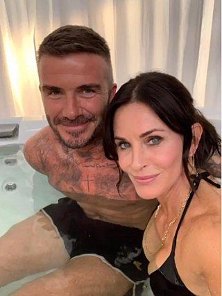 Courteney Cox: Τι δουλειά έχει μέσα στην μπανιέρα με τον David Beckham;