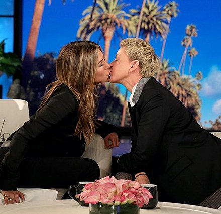 Η Jennifer Aniston, η Ellen de Generes και το φιλί που... σκανδαλίζει [video]