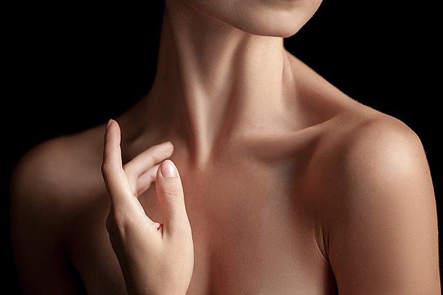 Πώς να αποτρέψεις τις ρυτίδες και το χαλάρωμα του λαιμού, σύμφωνα με δερματολόγους