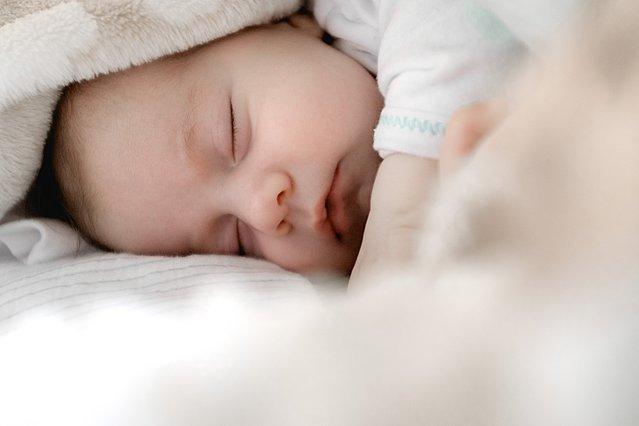 Πώς θα βοηθήσεις το μωράκι σου να κοιμηθεί καλύτερα όταν είναι κρυωμένο