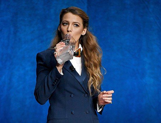 <p>H Blake Lively γενικά δεν πίνει, όμως εδώ διαφημίζει το Gin του συζύγου, Ryan Reynolds, με τον δικό της τρόπο!</p>  <p>(Photo by Ethan Miller/Getty Images for CinemaCon/Ideal Image)</p>