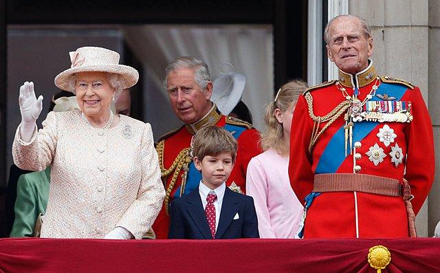 <p>Ο James ανάμεσα στον παππού και τη γιαγιά στο μπαλκόνι του παλατιού</p>  <p>(Photo by Max Mumby/Indigo/Getty Images/Ideal Image)</p>