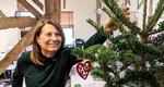 Η Carole Middleton στολίζει δέντρο και μας δείχνει το γραφείο της Kate και της Pippa