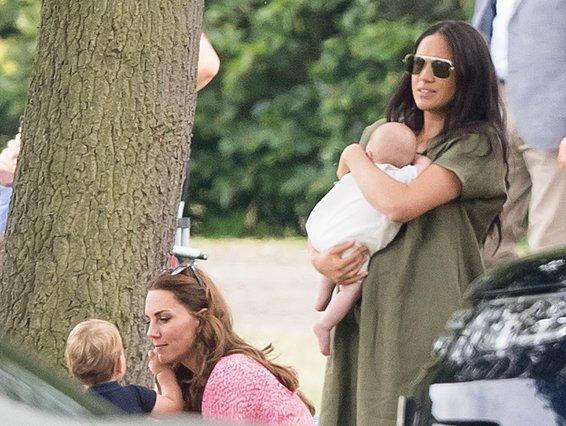 "<p>""Ιστορική"" θα μπορούσε να χαρακτηρίσει κανείς αυτή τη στιγμή. Η Kate και η Meghan μαζί σε ανεπίσημη, δημόσια εκδήλωση μαζί με τα παιδιά τους. Εντάξει... Στις φωτογραφίες που δόθηκαν στη δ"