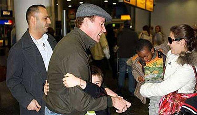 Η συγκινητική στιγμή της συνάντησης του Γκάι Ρίτσι με τα παιδιά του, στο αεροδρόμιο του Κάτγουικ.