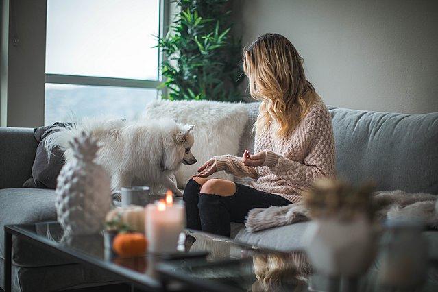 Πώς σε επηρεάζει το να μένεις μια ολόκληρη μέρα στο σπίτι