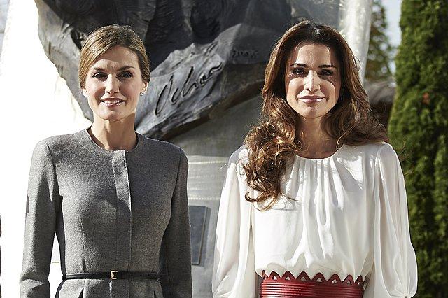 <p>Μήπως μοιάζουν πολύ; Η Letizia της Ισπανίας και η Rania της Ιορδανίας σε παλιότερη επίσημη συνάντησή τους (Photo by Carlos Alvarez/Getty Images/Ideal Image)</p>
