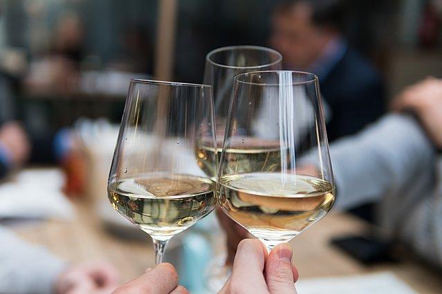 Πίνεις λευκό κρασί; Ιδού τα συν και τα πλην που έχει για τον οργανισμό σου