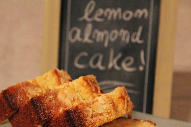Κέικ με λεμόνι και αμύγδαλο χωρίς βούτυρο - Φουλ στη γεύση και τη... δροσιά