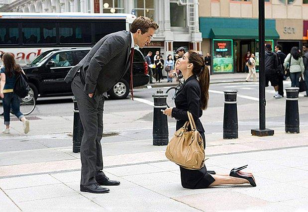 <p>Μπορεί να μην είναι σύνηθες όμως μερικές φορές έχουμε αντιστροφή στους στερεότυπους ρόλους. Ή, έστω... στις ταινίες (!) Η Sandra Bullock κάνει πρόταση γάμου στον Ryan Reynolds στην ταινία του 2009