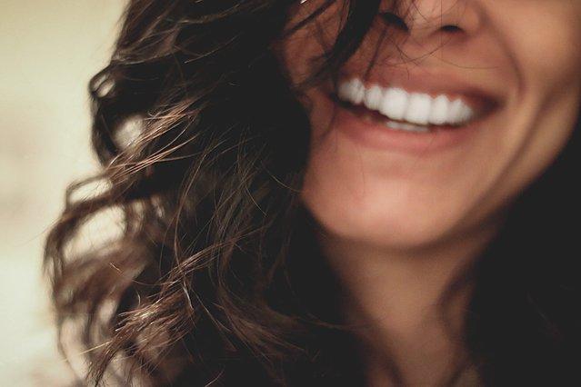 Γιατί είναι απαραίτητος ο καθαρισμός των δοντιών στον οδοντίατρο και τι μπορεί να προλάβει
