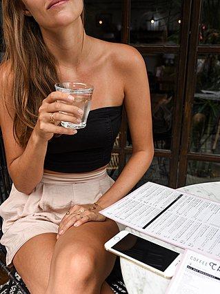 Πόσο νερό θα ήταν καλό να πίνω κάθε μέρα;