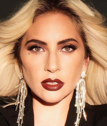 Lady Gaga: Ποζάρει αγκαλιά με το νέο της σύντροφο