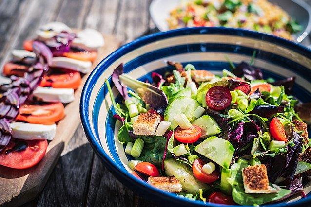 Πόση ώρα μπορεί να παραμείνει η σαλάτα εκτός ψυγείου