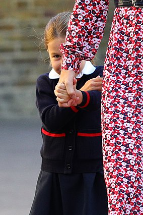 <p>Η φωτογραφία αυτή είναι από την πρώτη μέρα της Charlotte στο σχολείο για φέτος (2019-2020). Η μικρή πριγκίπισσα κάνει τα παιχνίδια της στον φακό.</p>  <p>(Photo by Aaron Chown - WPA Pool/Getty Imag
