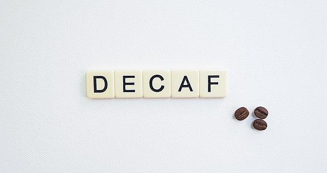 Ντεκαφεϊνέ: Τι χάνεις και τι κερδίζεις σε σχέση με τον κανονικό καφέ
