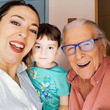<p>Ο Κώστας Βουτσάς με τη σύζυγο του, Αλίκη Κατσαβού και τον γιο τους, Φοίβο, σε πρόσφατες χαρούμενες οικογενειακές στιγμές.</p>