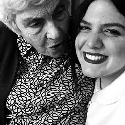 Κική Δημουλά: Στη Δανάη Μπάρκα άφησε τα τελευταία της ποιήματα - Το ιδιόχειρο σημείωμά της