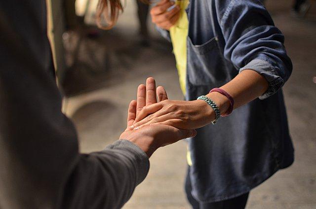 4 τρόποι να αντιμετωπίσεις τη ζήλια στη σχέση σου