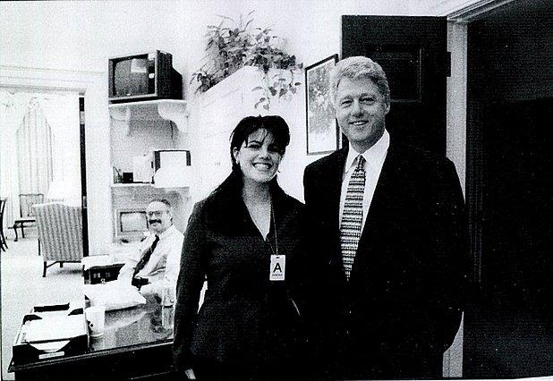 <p>Η ασκούμενη Monica Lewinsky ποζάρει με τον πρόεδρο, χαμογελαστή. Τότε κανείς από τους δύο δεν γνώριζε πώς θα εξελισσόταν αυτή η γνωριμία.</p>  <p>(Hulton Archive/Getty Images/Ideal Image)</p>
