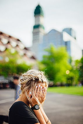 Τρίχες στο πρόσωπο: Γιατί τις έχεις και πώς μπορείς να τις αντιμετωπίσεις