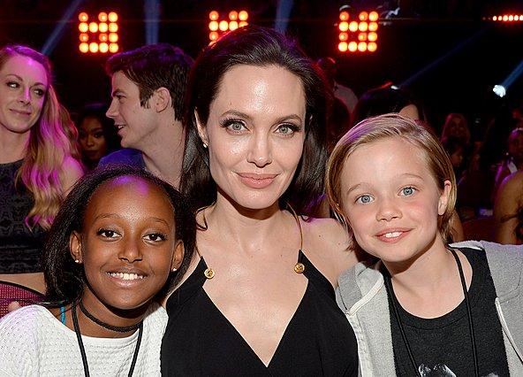 <p>Το 2015 η Angelina Jolie βραβεύτηκε στο πλαίσιο του Nickelodeon's 28th Annual Kids' Choice Awards και είχε δίπλα της τις κόρες της, Zahara και Shiloh.</p>  <p>(Photo by Lester Cohen/KCA2015