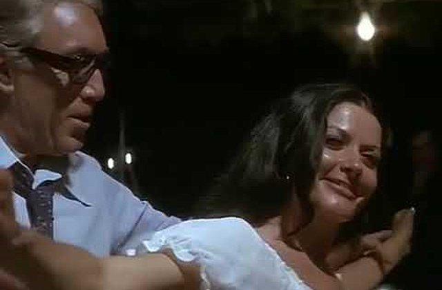 Ζωζώ Σαπουντζάκη: Όταν η «βασίλισσα της νύχτας» χόρεψε με τον Anthony Quinn - Το κόψιμο της σκηνής και η αποχώρηση! [Σπάνιο υλικό]