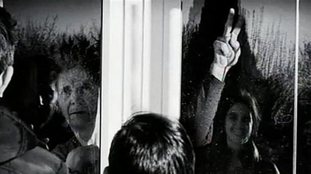 Η συγκλονιστική φωτογραφία μιας οικογένειας σε ελληνικό χωριό λίγο πριν η γιαγιά και ο παππούς διαγνωστούν με κορονοϊό!