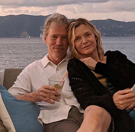 Η Michelle Pfeiffer ποστάρει τον άντρα της να κάνει το πιο σέξι πράγμα σύμφωνα με τη Rita Wilson [video]