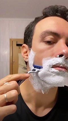 Ο Σάκης Τανιμανίδης ξύρισε το μούσι on camera - Πρώτη φορά εδώ και 10 χρόνια [video]