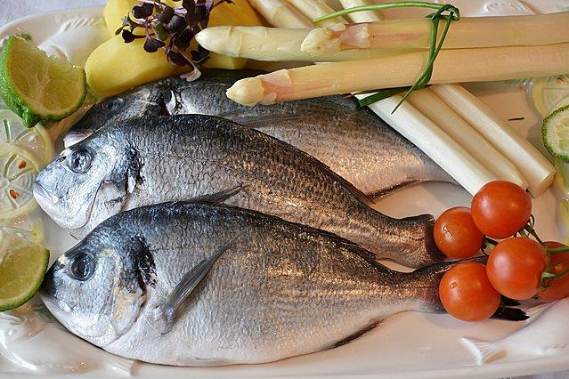 Μαγειρεύεις ψάρια; 6 μυστικά για να διώξεις την... ψαρίλα από την κουζίνα σου