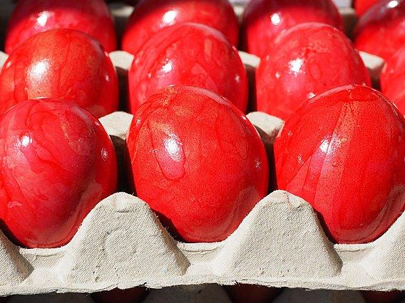 Πασχαλινές παραδόσεις: Γιατί βάφουμε τα αβγά κόκκινα και γιατί τα τσουγκρίζουμε;