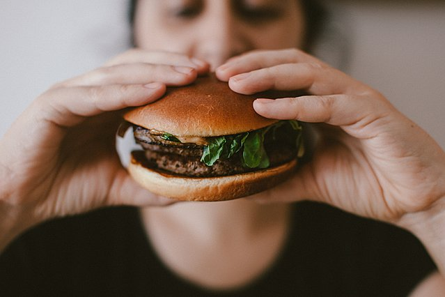 Μήπως έχεις  ξεφύγει  με το φαγητό στην καραντίνα - 9 τρόποι για να  μαζευτείς  πριν είναι πολύ αργά
