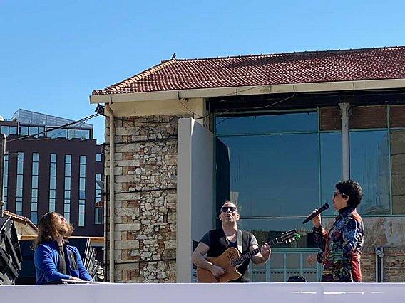 Απίθανο: Η Άλκηστις Πρωτοψάλτη κάνει κινητή συναυλία στους δρόμους της Αθήνας [video]