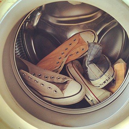 Τα 6 βήματα για να πλύνεις τα παπούτσια σου στο πλυντήριο και να τα κάνεις σαν καινούργια
