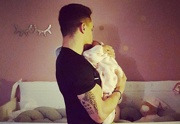 Θα λιώσεις όταν δεις τον Λευτέρη Πετρούνια να κοιμάται αγκαλιά με την κόρη του! [Photo]