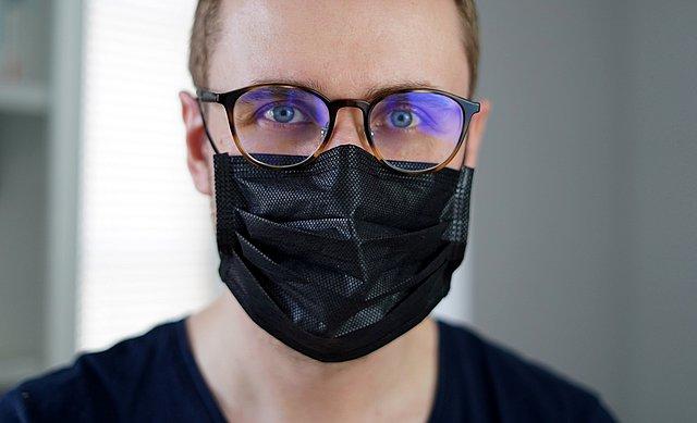 Πώς μπορώ να αποφύγω το θόλωμα των γυαλιών μου όταν φοράω μάσκα;