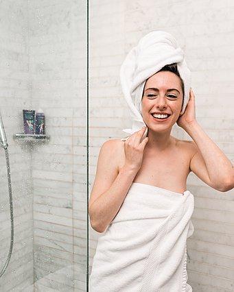 Στεγνώνεις τα μαλλιά σου με πετσέτα; Ίσως πρέπει να το ξανασκεφτείς