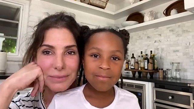 Η Sandra Bullock σε σπάνια τηλεοπτική εμφάνιση μαζί με την κόρη της