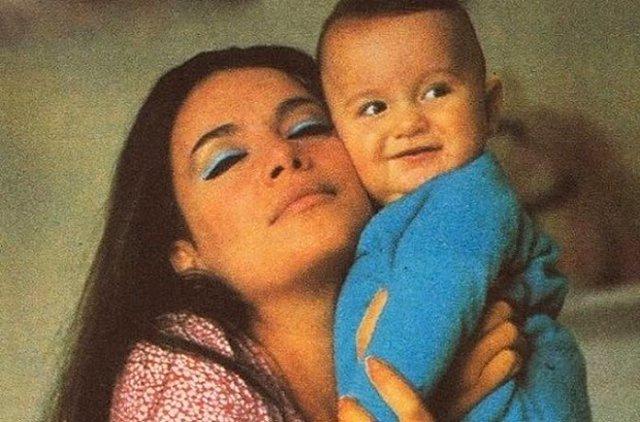 Τζένη Καρέζη: Σε σπάνιο υλικό με το γιο της - Φωτογραφίες ύμνος στη γιορτή της μητέρας!