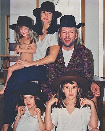 <p>Η Demi ο Bruce και οι κόρες τους πριν από πολλά χρόνια.</p>