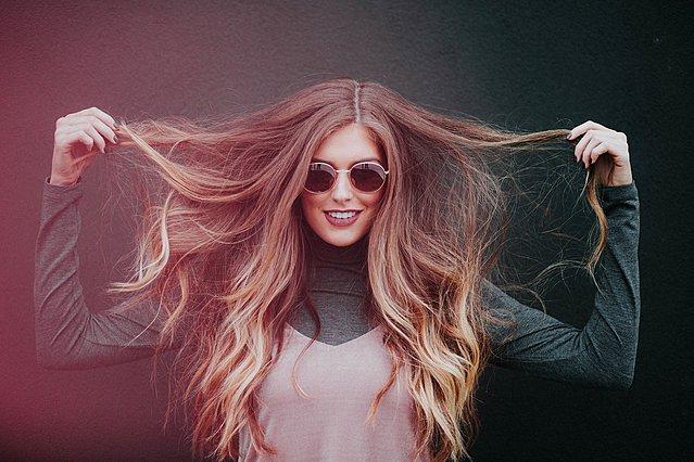 Μια καθημερινή συνήθεια που καλό είναι να κόψεις για να έχεις ακόμη πιο υγιή μαλλιά