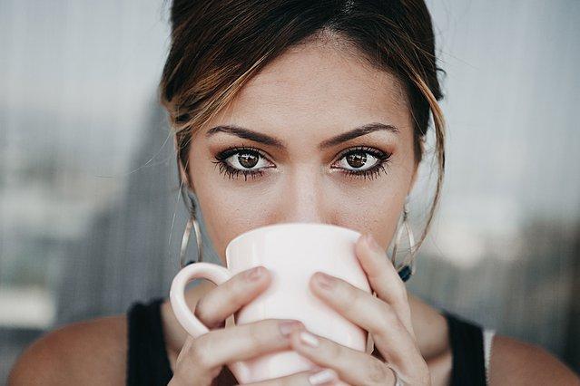 Πίνεις καφέ πριν φας το πρωινό σου; Μάλλον θα πρέπει να το ξανασκεφτείς