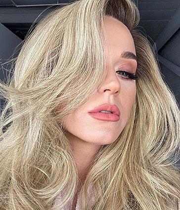 Katy Perry: Ποζάρει με φουσκωμένη κοιλίτσα φορώντας τουαλέτα