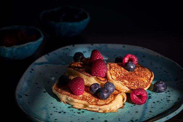 Η συνταγή για τέλεια pancakes με βρώμη και φρούτα