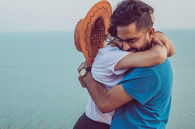 Κορονοϊός: Πότε θα αγκαλιαστούμε ξανά δίχως φόβο;
